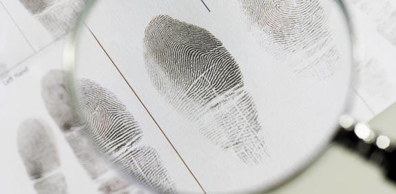 ביומטרי טביעת אצבעות דין משפט איש פשע צללית עבריין צל עבירה מודיעין בלש / צלם:  thinkstock